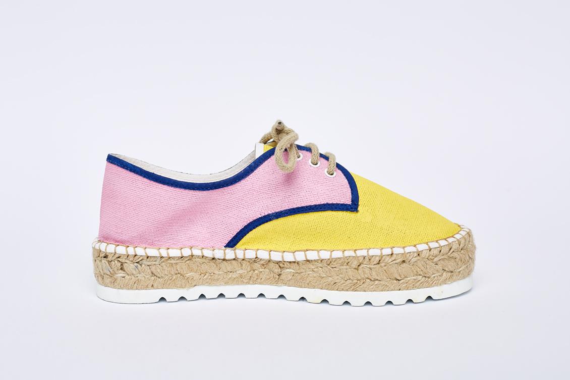 Esparteña del pie izquierdo en rosa y amarillo